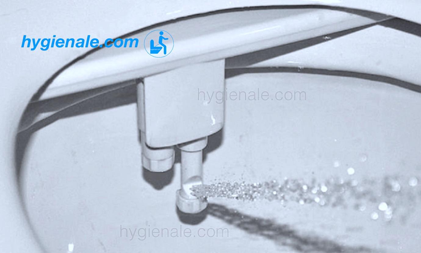 La douchette du wc japonais Hygiènale délivre un jet d'eau hygiénique
