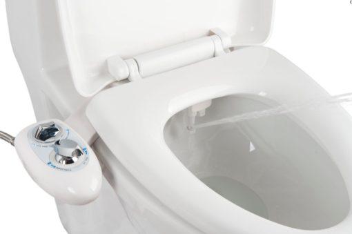 Le kit abattant japonais pour wc hygiénique diffuse un jet d'eau avec pression réglable directement sur le siège de la cuvette de toilette.