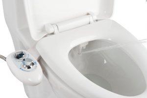 Hygiènale - Le kit toilette japonaise est équipé d'une douchette à jet d'eau lavant.
