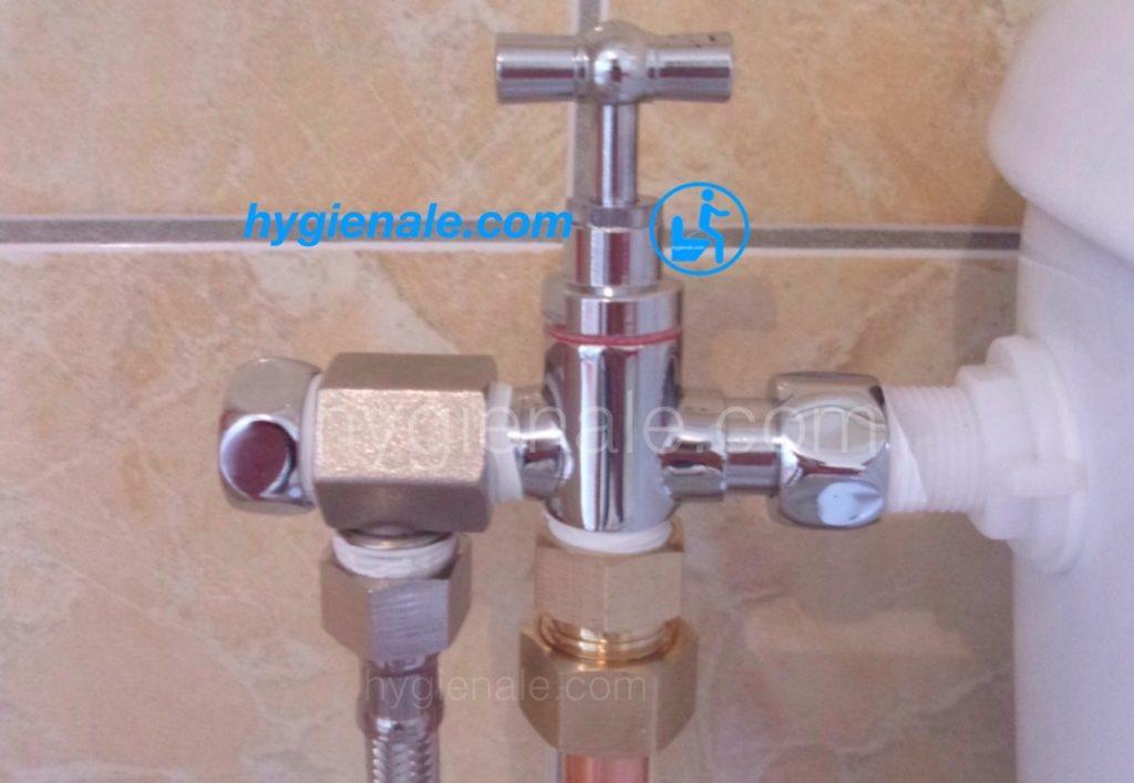 Le robinet 3 voies pour wc japonais se fixe sur le réservoir de la toilette.